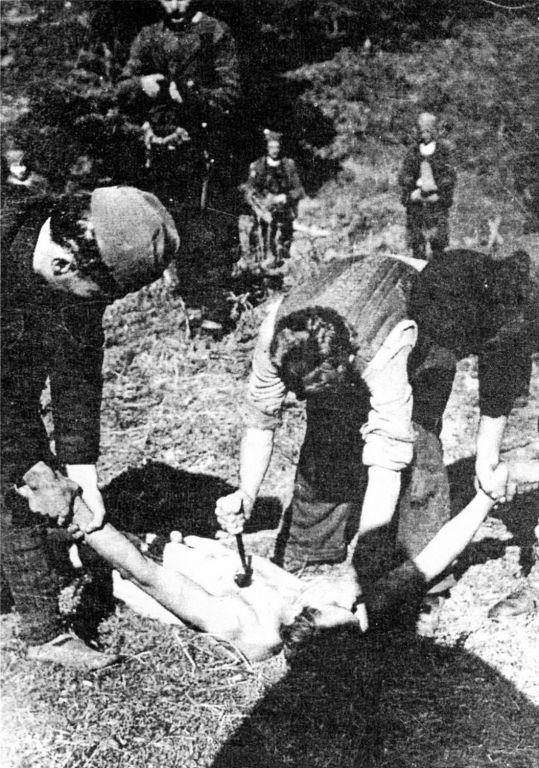 Четники убивают захваченного в плен югославского партизана. Время съёмки 1943г.