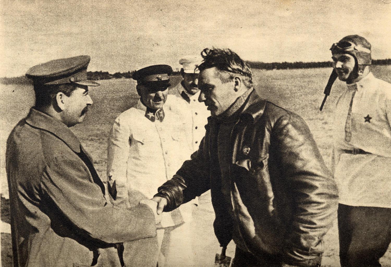 Дети Сталина - Сталин лично встречает экпипаж Чкалова на Щелковском аэродроме в августе 1936 года после легендарного перелета.