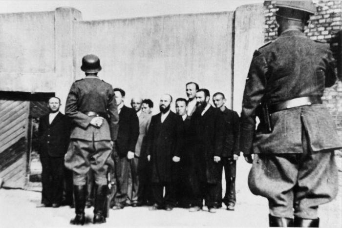 Евреи-жители города Шяуляй перед отправкой на расстрел близ станции Кужяй Июль 1941г