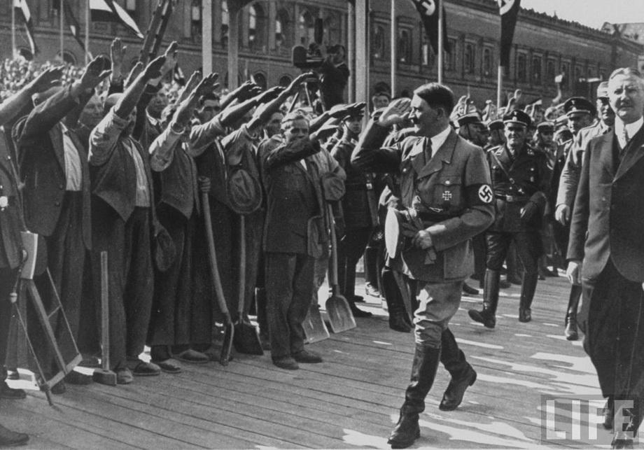 Гитлер на заложении нового корпуса Reichsbank'а. Май 1932 года