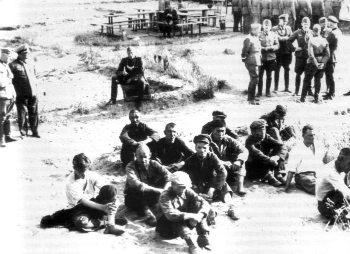 Группа арестованных советских граждан по подозрению в партизанских действиях перед расстрелом 1941г