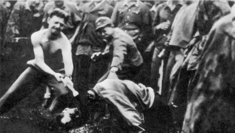 Казнь словенского партизана солдатами Ваффен-СС..