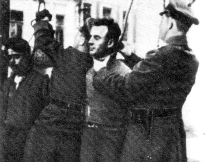 Казнь советских граждан. Трофейное фото. О месте и времени съёмки информации нет.