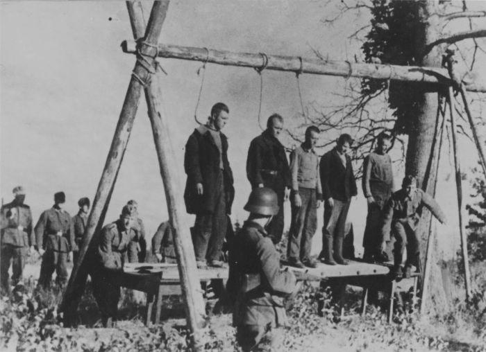 Казнь советских партизан после испытания виселицы на прочность. 1941 г. Место съёмки неизвестно.