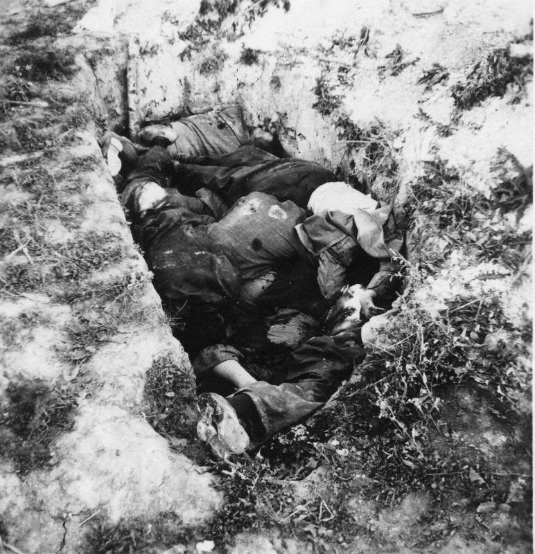Красноармейцы и мирные жители, расстрелянные немцами и сваленные в окоп под Минском.