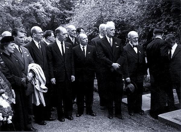 Лидеры ОУН у могилы Коновальца (Бандера маленький в центре)