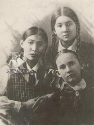 Маншук Маметова (вверху справа) с одноклассницами фото