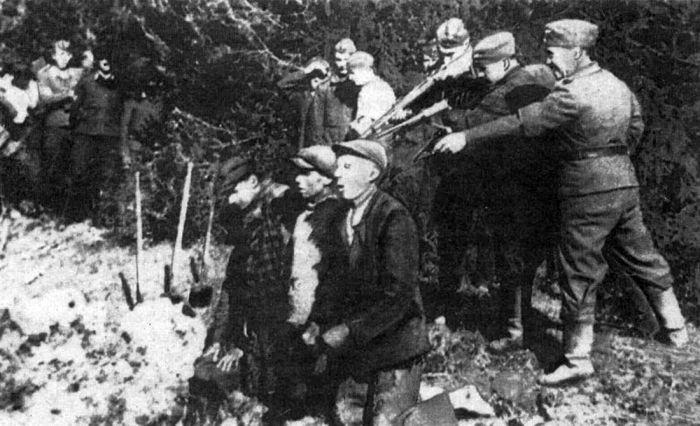 Нацисты расстреливают мирных жителей в Каунасе. 1942г