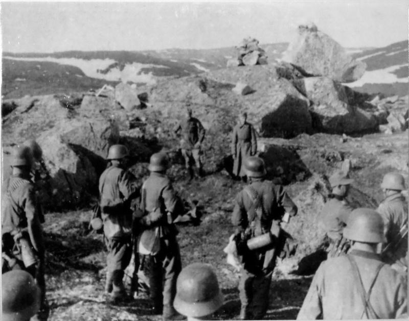 Немецкие солдаты готовятся к расстрелу советских военнопленных на высоте 122 в предгорье хребта Муста-Тунтури. Кольский полуостров.