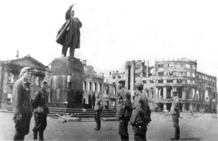 Немцы использовали памятник Ленину в оккупированном Воронеже как виселицу