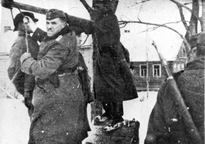 Немцы казнят на виселице советских граждан, которых подозревают в связи с партизанами. Время съёмки 1941г