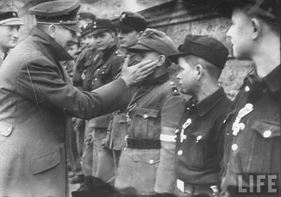 Одна из последний фотографий Гитлера. Фюрер в саду имперской канцелярии награждает юных членов бригады Гитлерюгенд, мобилизованной для защиты Берлина.