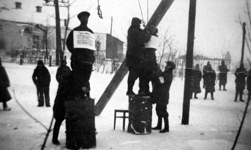 Полицаи казнят на виселице двух советских граждан, подозреваемых в связях с партизанами, на улице города Богодухов Харьковской области...