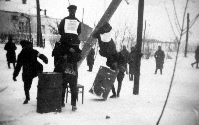 Полицаи казнят на виселице двух советских граждан, подозреваемых в связях с партизанами, на улице города Богодухов Харьковской области.
