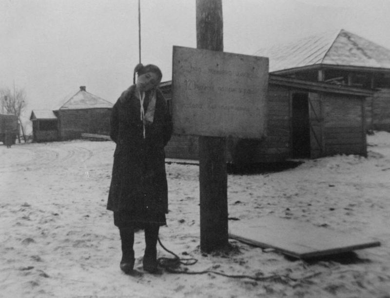 Повешенная немцами в деревне Теплое Луганской области советская женщина. Женщина была казнена за хранение боеприпасов.