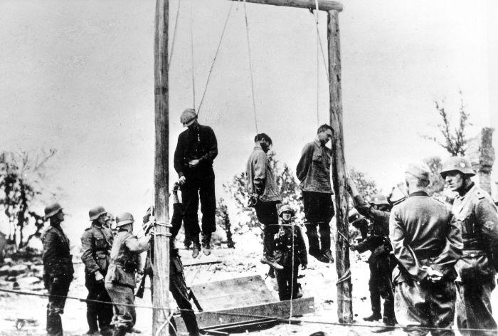 Повешенные советские граждане, подозреваемые немцами в связи с партизанами. 1941г