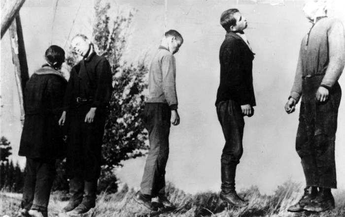 Повешенные советские партизаны. 1941 г. Место съёмки нетзвестно. Время съемки 1941г