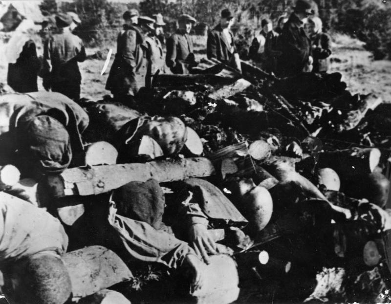 Представители прокуратуры Эстонской ССР у тел погибших узников концлагеря Клоога