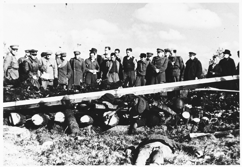 Представители прокуратуры Эстонской ССР у тел погибших узников концлагеря Клоога1