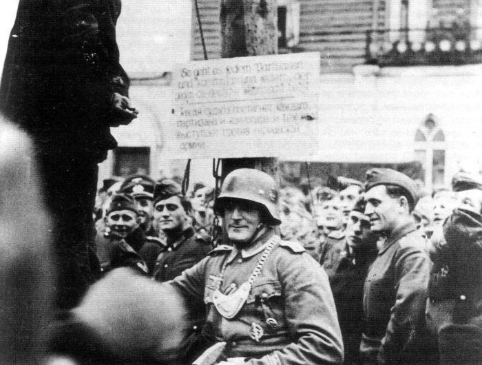 Публичная казнь «подозреваемого партизана» служащими немецкой полевой жандармерии. Дополнительных сведений нет