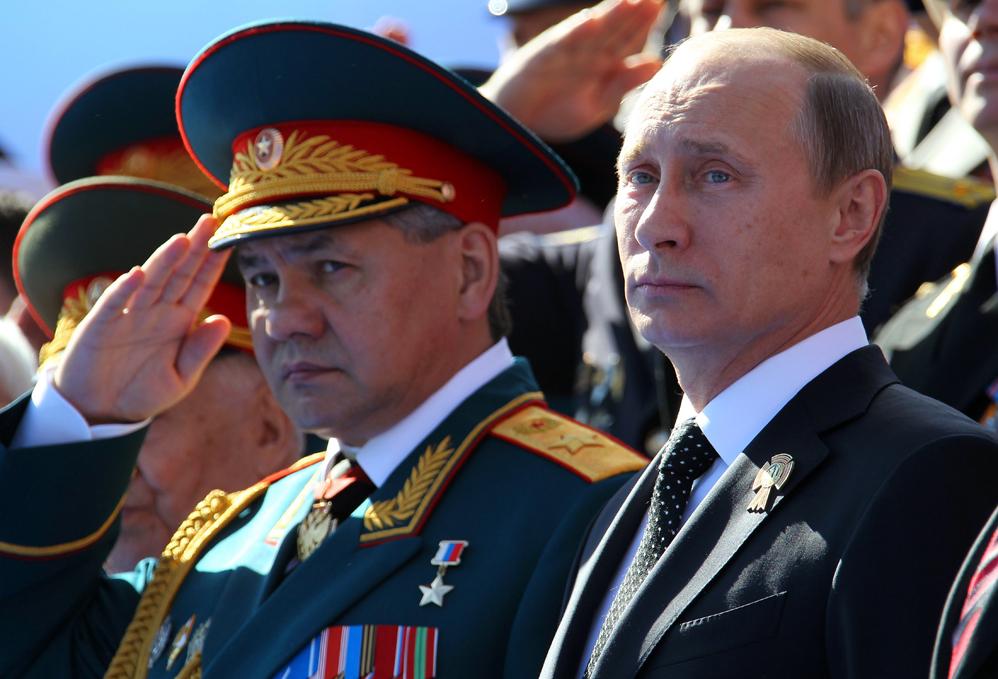 (130509) -- MOSCU, mayo 9, 2013 (Xinhua) -- El presidente ruso Vladimir Putin (d) y el ministro de Defensa ruso, Sergei Shoigu (i), asisten a un desfile del D®™a de la Victoria en la Plaza Roja, en Mosc®≤, Rusia, el 9 de mayo de 2013. Un desfile se llev®Æ a cabo el jueves en la Plaza Roja con motivo del 68 aniversario de la victoria sovi®¶tica sobre la Alemania nazi en la Gran Guerra Patria. (Xinhua/Mikhail Klimentyev/Itar-Tass/ZUMAPRESS) (itm) (ce) ***DERECHOS DE USO UNICAMENTE PARA NORTE Y SUDAMERICA***