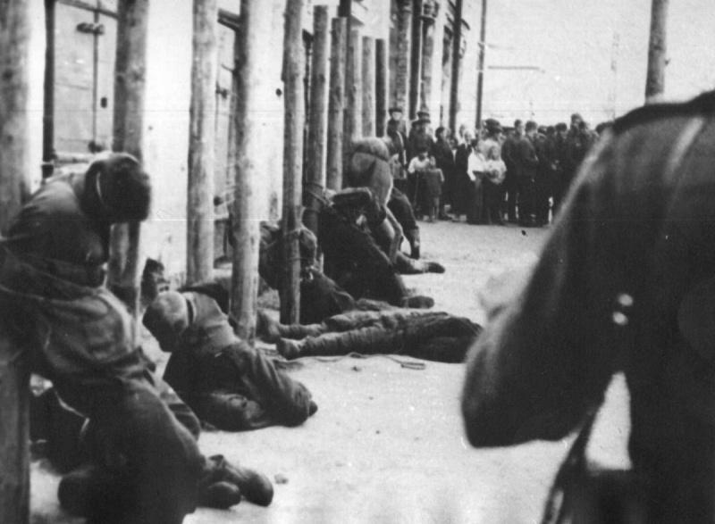 Расстрел десяти мирных жителей оккупированного Пскова за одного убитого солдаты вермахта.