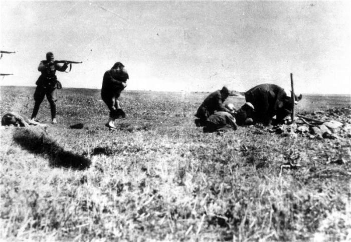 Расстрел еврейской семьи в Ивангороде на Украине. 1942г..