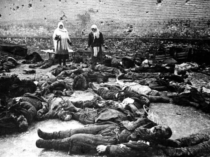 Расстрелянные немцами советские люди. Тюремный двор в Ростове-на-Дону после ухода немцев