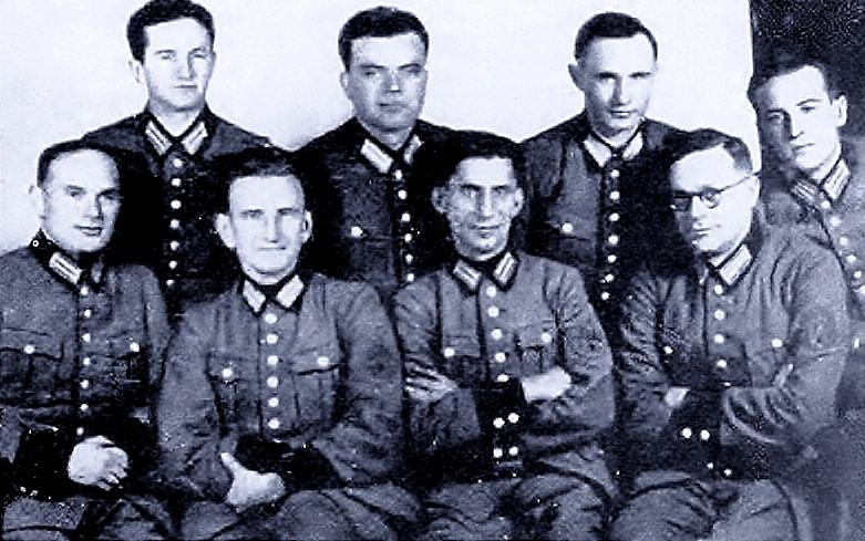Роман Шухевич (сидит второй слева) бандера