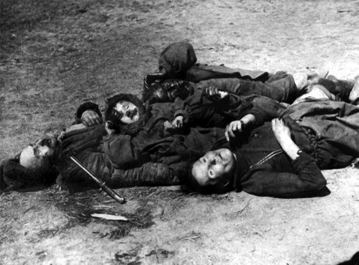 Семья советского колхозника, убитая в день отступления немецких войск. 1941г.