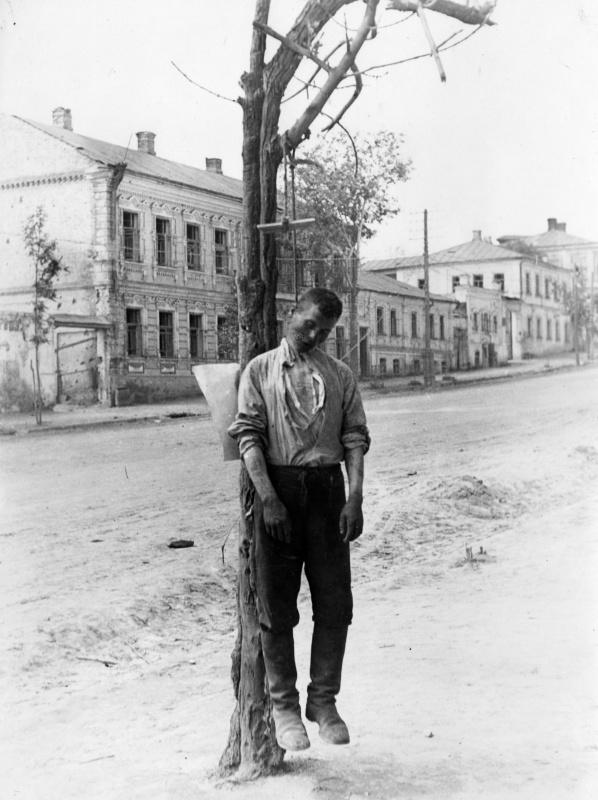 Советский партизан, казненный венгерскими оккупантами в Старом Осколе. Во время войны Старый Оскол был в составе Курской области, в настоящее время — в составе Белгородской области.