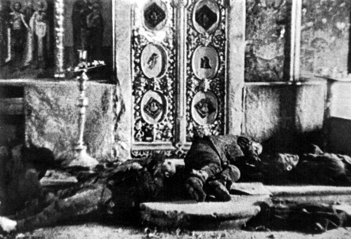 Тела расстрелянных в православной церкви советских граждан. Трофейное фото. Время и место съёмки неизвестно