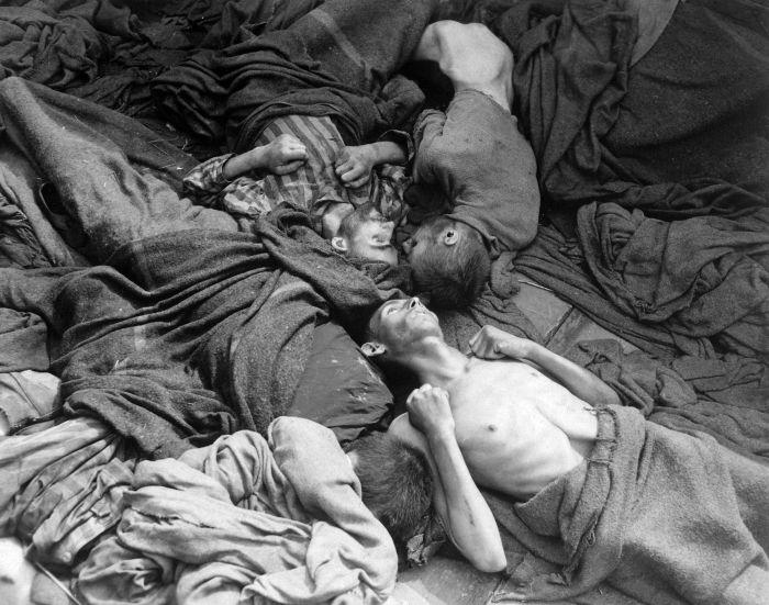 Тела заключенных, умерших в железнодорожном составе по дороге в концлагерь Дахау. апрель 1945г..