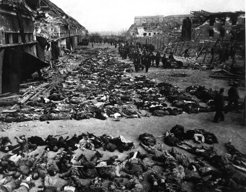 Трупы заключенных на дворе концлагеря Дора-Миттельбау