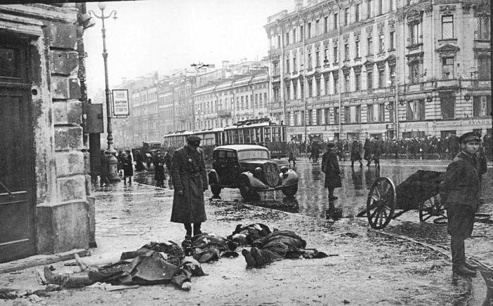 Угол Невского и Лиговского проспектов. Жертвы первых обстрелов города немецкой артиллерией. сентябрь 1941