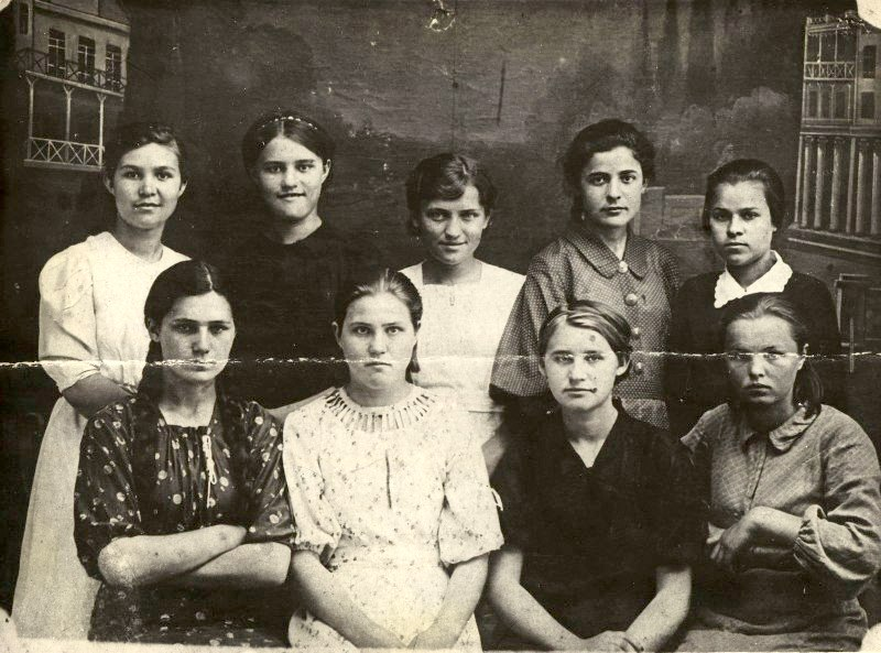Ульяна Громова, вторая справа во втором ряду