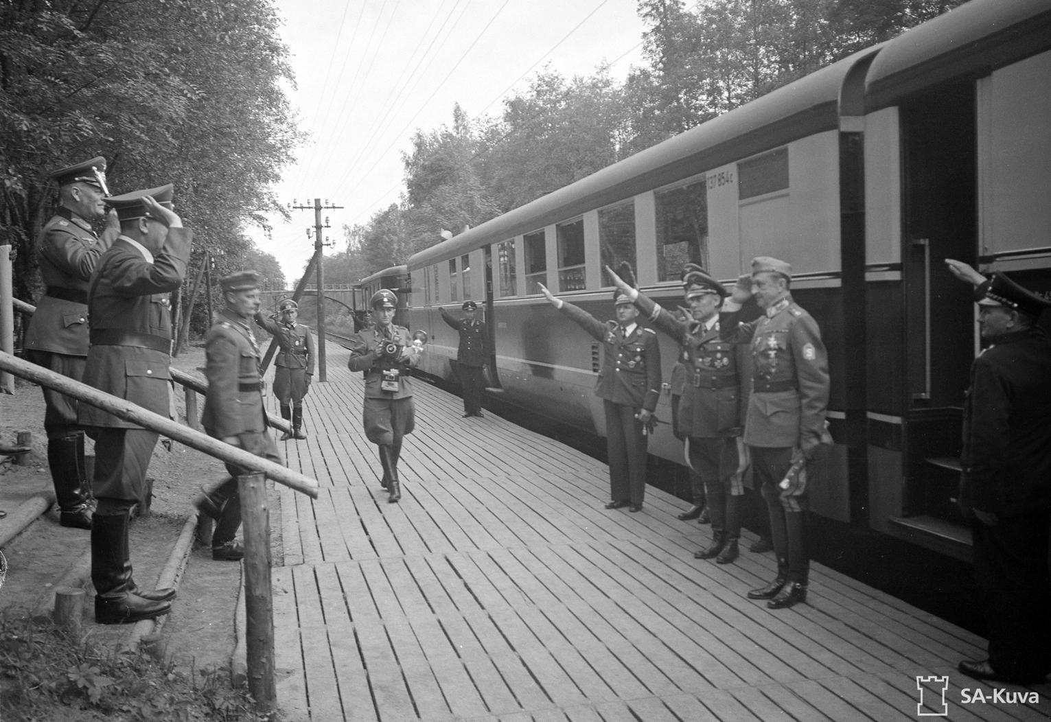 Mannerheim seurueineen matkalla Saksassa, tapaa Hitlerin ym.