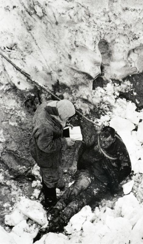 Женщина у тела убитого немцами в Багеровском рву под Керчью.