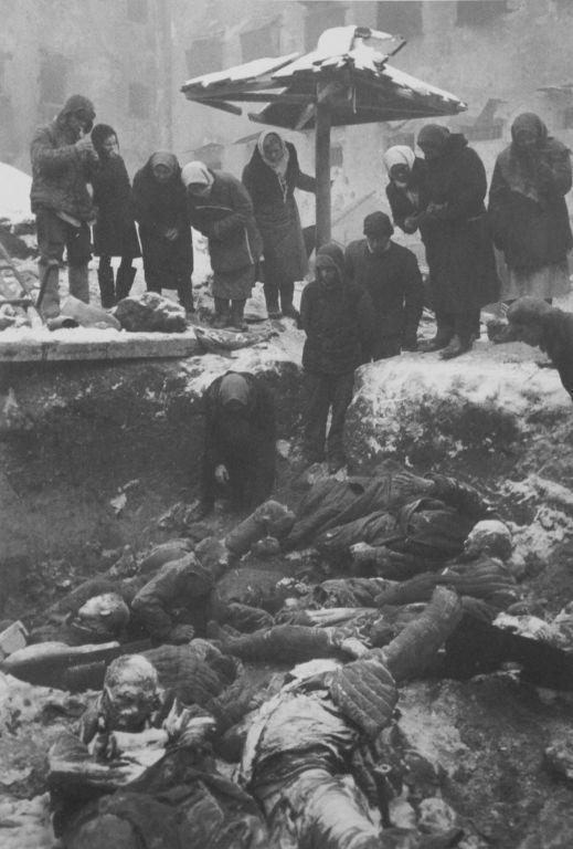 Жители Ростова-на-Дону во дворе городской тюрьмы опознают родственников, убитых немецкими оккупантами февраль 1943г