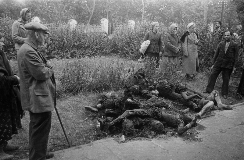 Жители освобожденной Полтавы у сожженных гитлеровцами тел советских граждан.