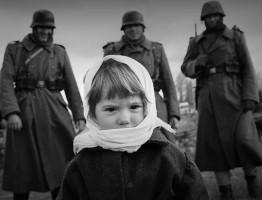фашисты и девочка