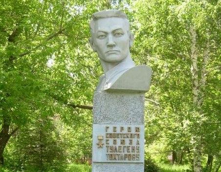 Герой Советского Союза Тулеген Тохтаров-памятник
