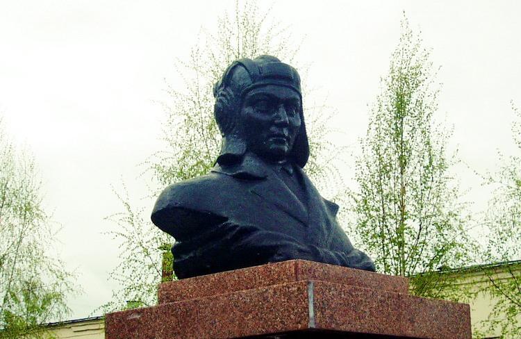 Мария Октябрьская памятник2
