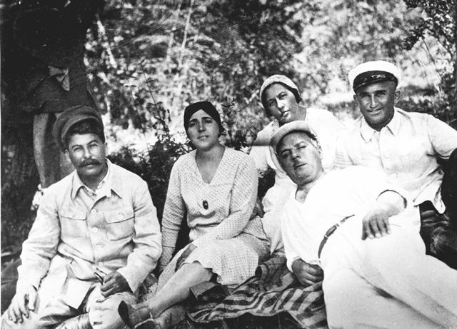 Сталин с женой Надеждой Аллилуевой height=432