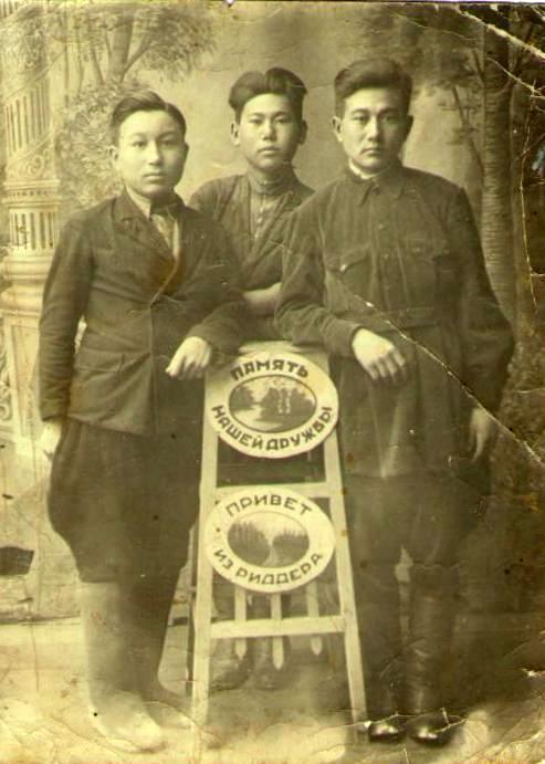 Тулеген Тохтаров (первый справа) с друзьями. 5 мая 1940