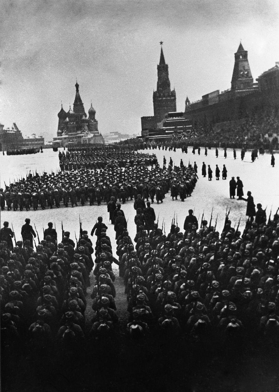 Военный парад на Красной площади. Москва, 7 ноября 1941 года. (Фото Аркадий Шайхет)