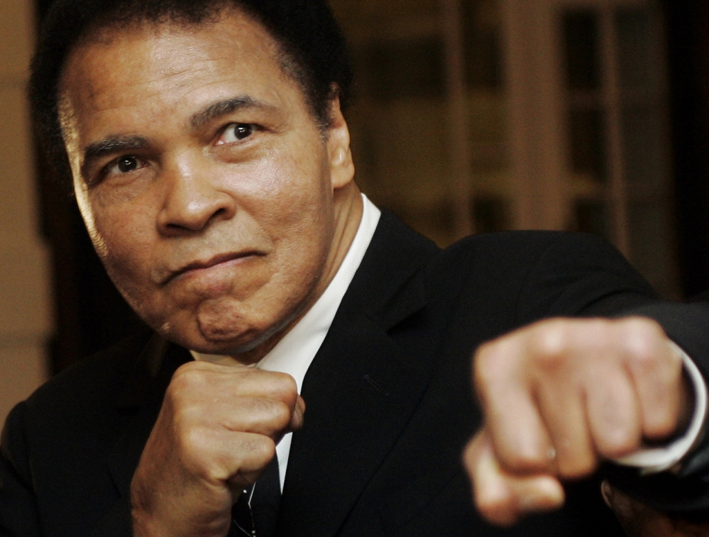 U.S. boxing great Muhammad Ali poses during the Crystal Award ceremony at the World Economic Forum (WEF) in Davos, Switzerland January 28, 2006. REUTERS/Andreas Meier - RTXYWIU