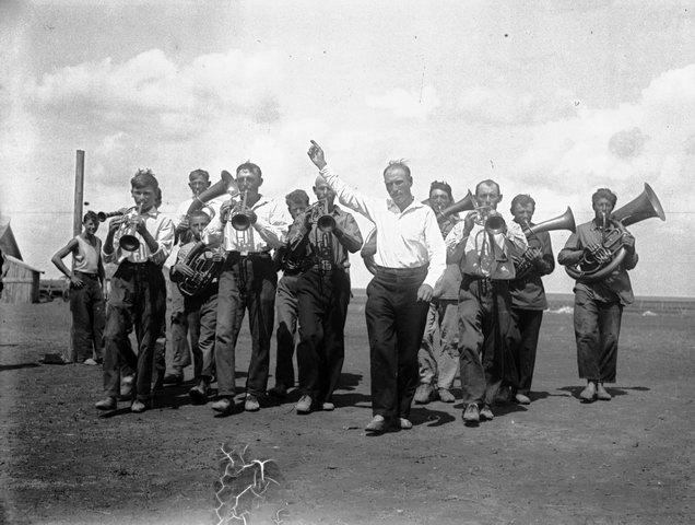 Колхоз. Самодеятельный крестьянский духовой оркестр в небогатом еврейском колхозе. Украина 1936, Панин