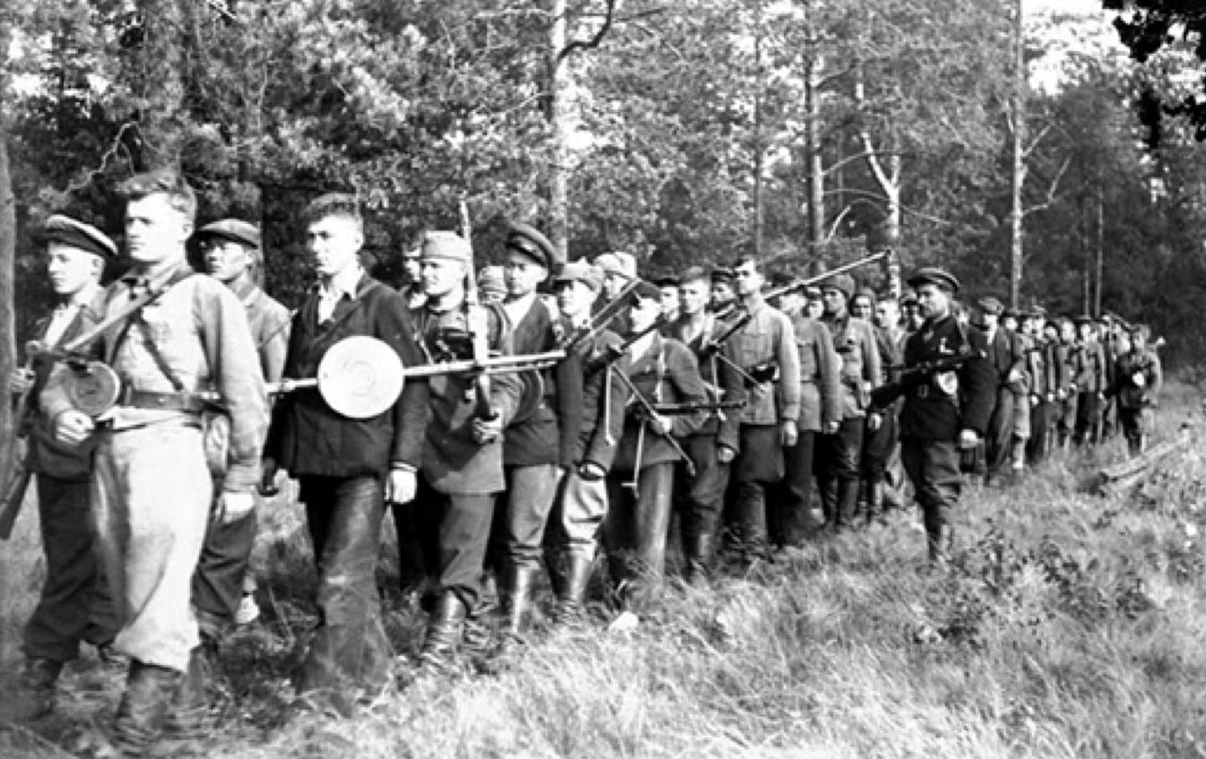 Партизаны отряда Сидора Ковпака на марше