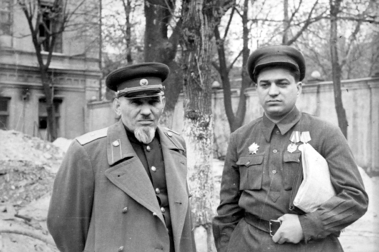 Сидор Артемьевич Ковпак и комиссар Кизя Л.Е. в Киеве. 1947 г. png